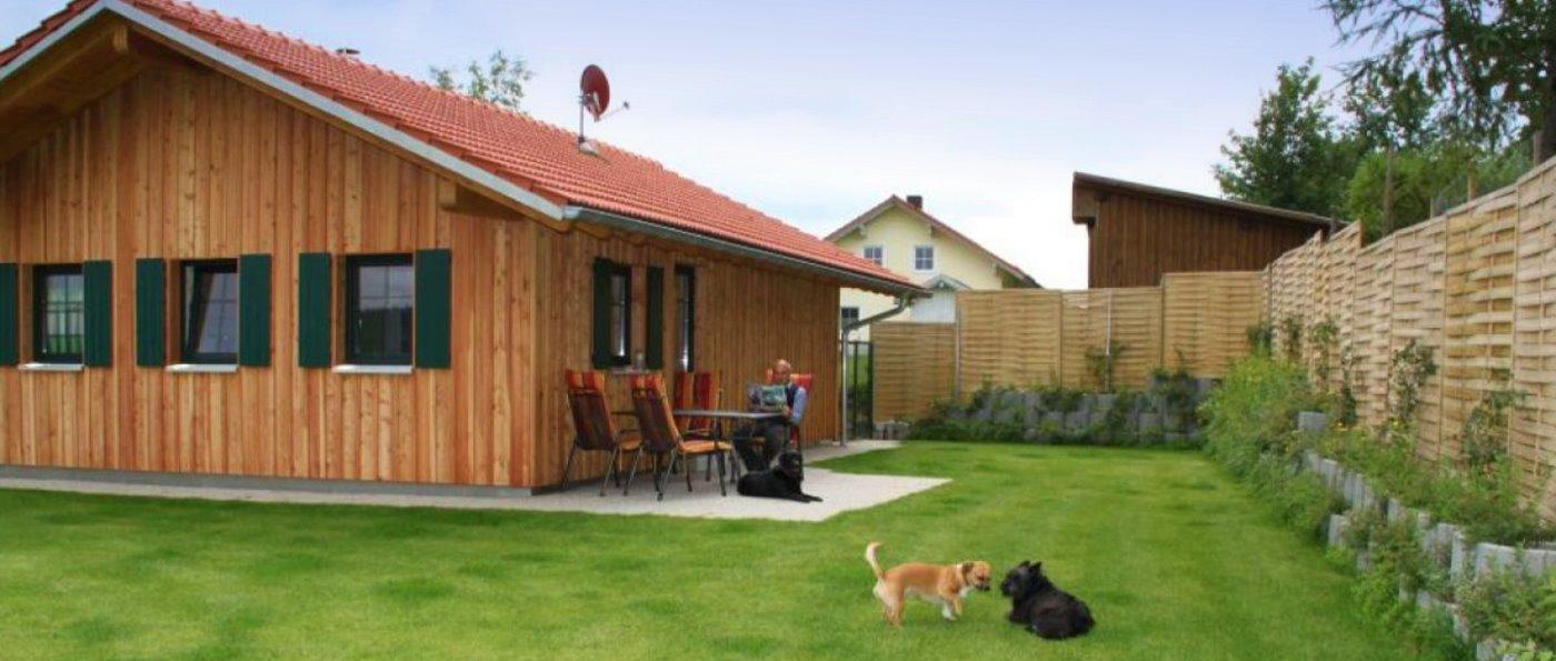 bauer-ferienhaus-mit-hund-eingezäuntes-garten-grundstück-deutschland