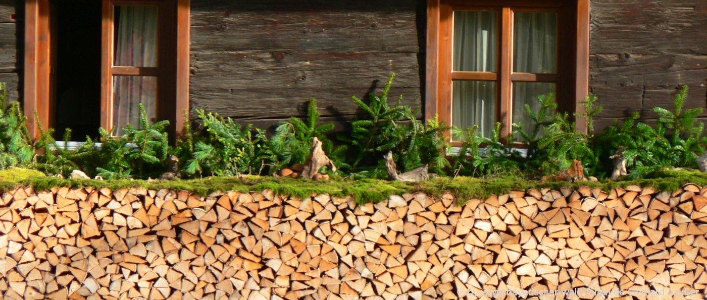 ferienhütten-bayern-holzhaus-urlaub-blockhaus-berghütten-holzstoss