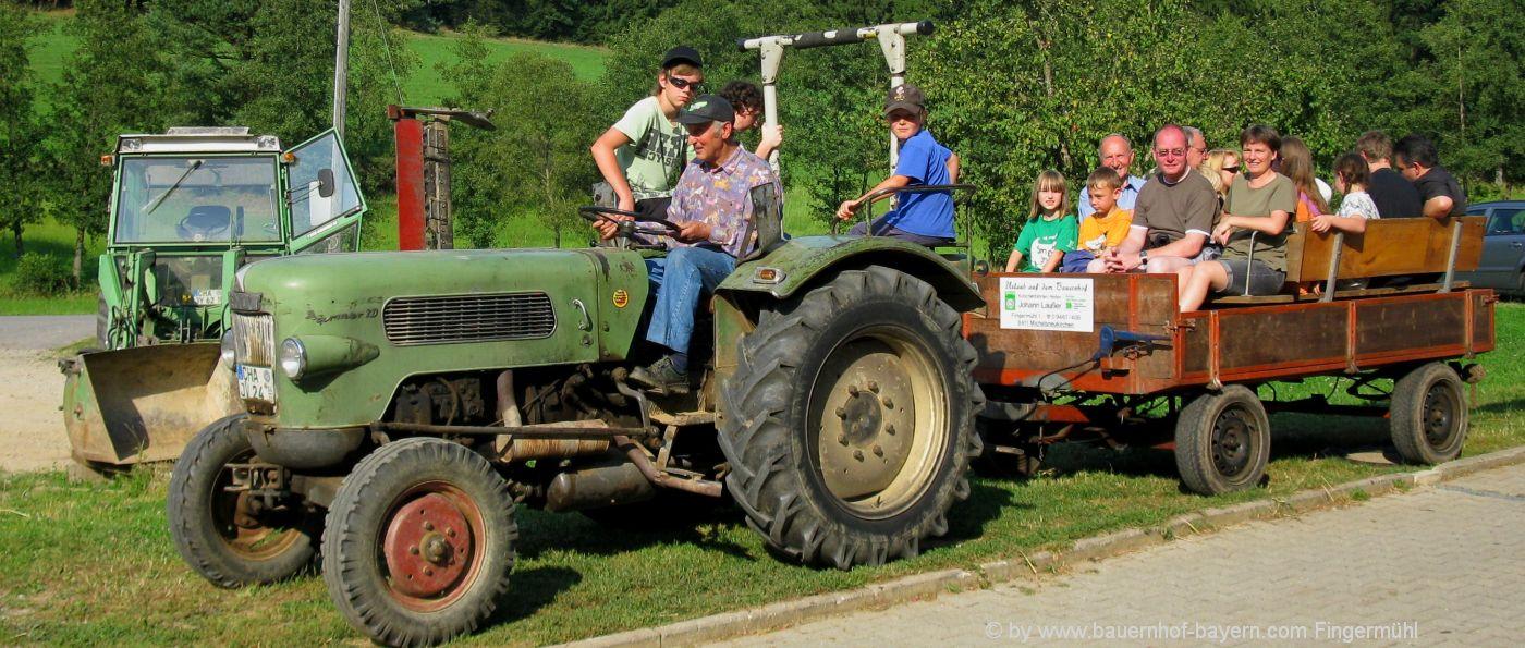 erlebnisbauernhof-bayern-gruppenurlaub-traktor-kutschen-fahren