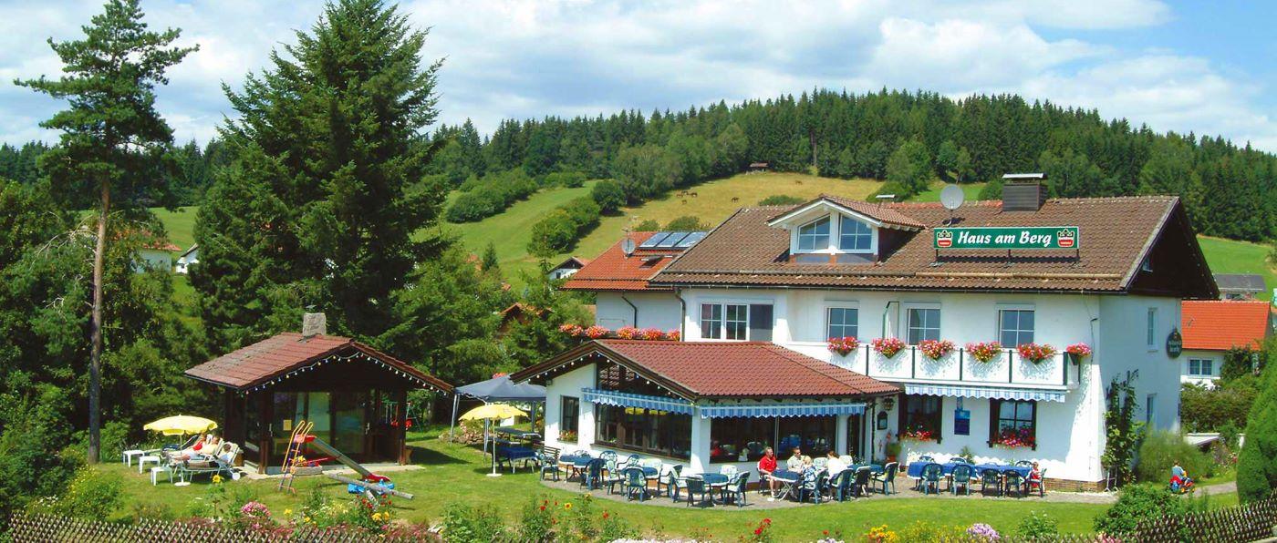 haus-am-berg-familienfreundliches-landhotel-niederbayern-gruppenhotel-ansicht