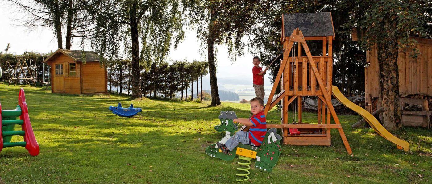 haus-am-berg-kinderfreundliches-familienhotel-bayern-kinderspielplatz