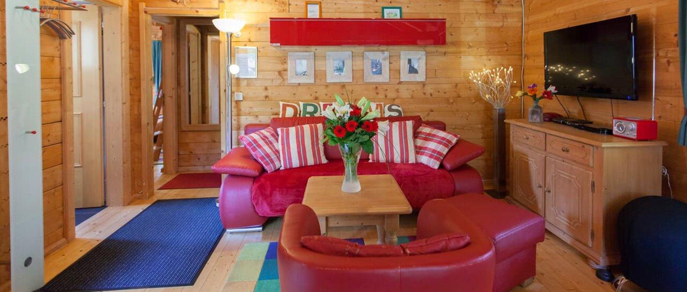 Uriges Blockhaus im Feriendorf mit Wohnzimmer