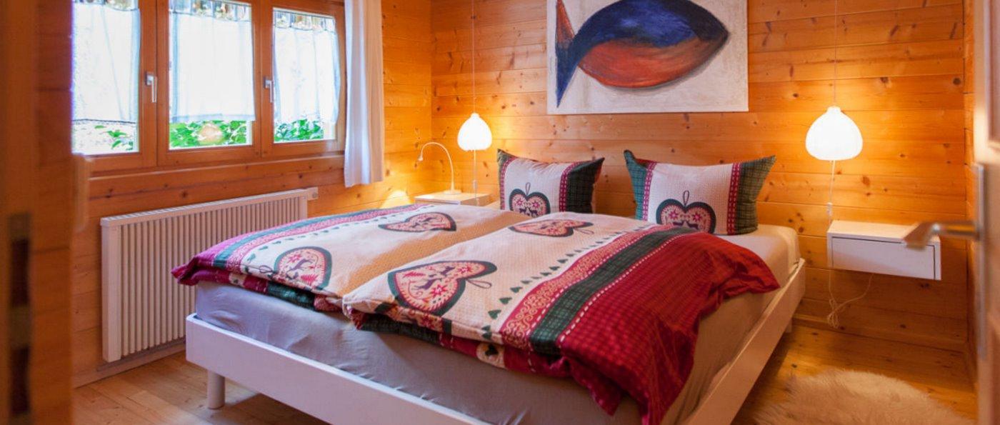 Holzferienhaus mit gemütlichem Schlafzimmer im Feriendorf