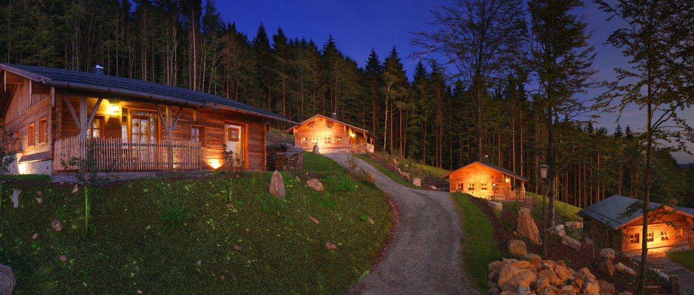 hüttenhof-niederbayern-romantische-bergchalets-whirlpool-sauna-aussen