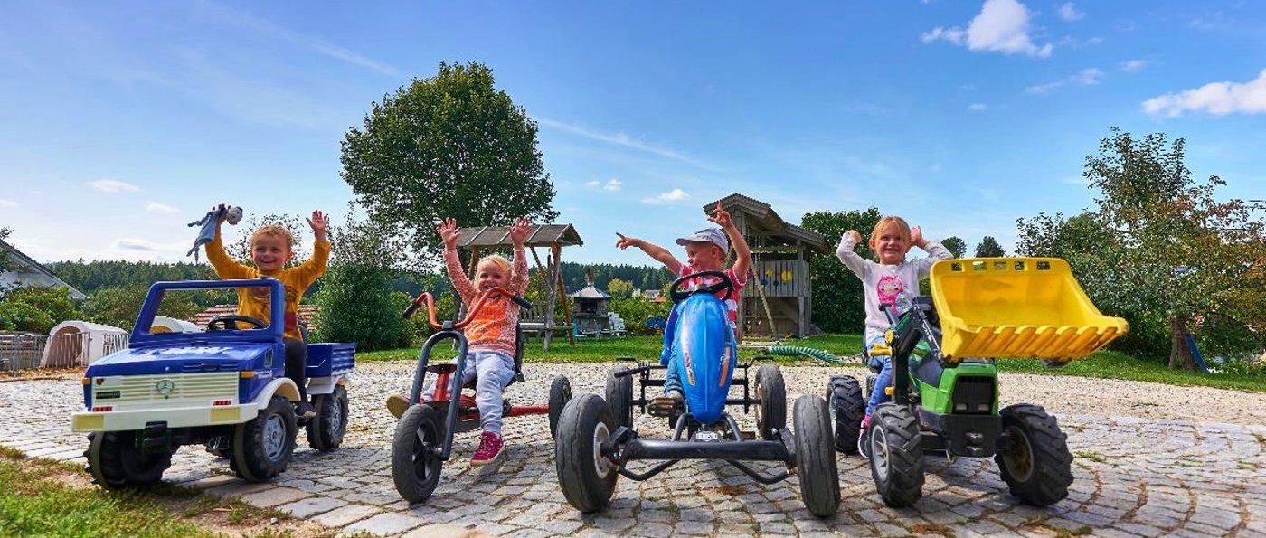 Familien mit Kindergruppen Freizeit am Bauernhof mit Tetfahrzeuge
