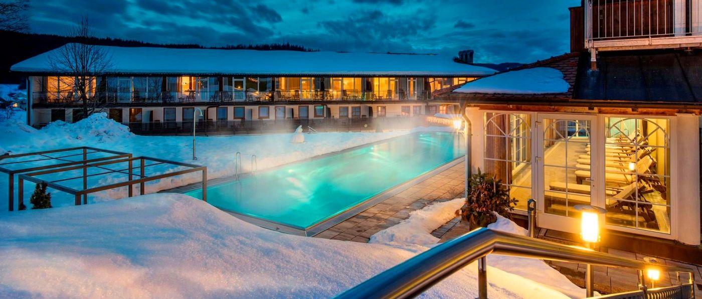 lindenwirt-4-sterne-wellnesshotel-bayerischer-wald-schwimmbad-aussenpool