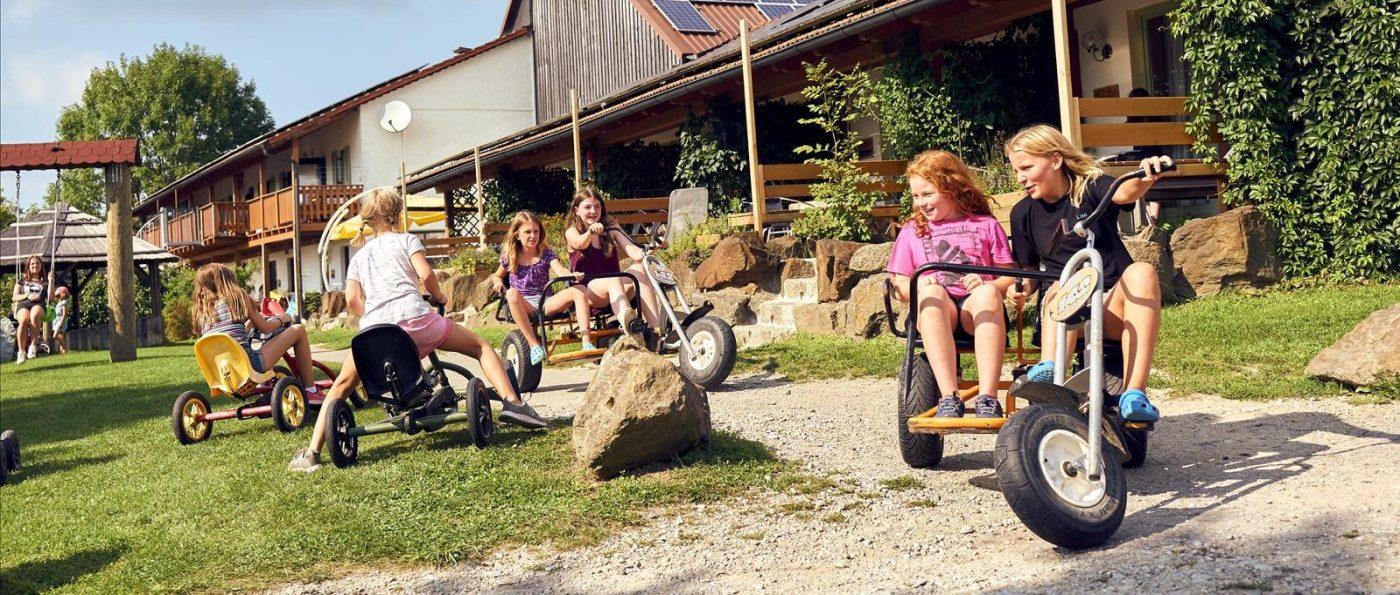 ponyferienhof-bayern-kinderbauernhof-bayersicher-wald-ponyhof-urlaub