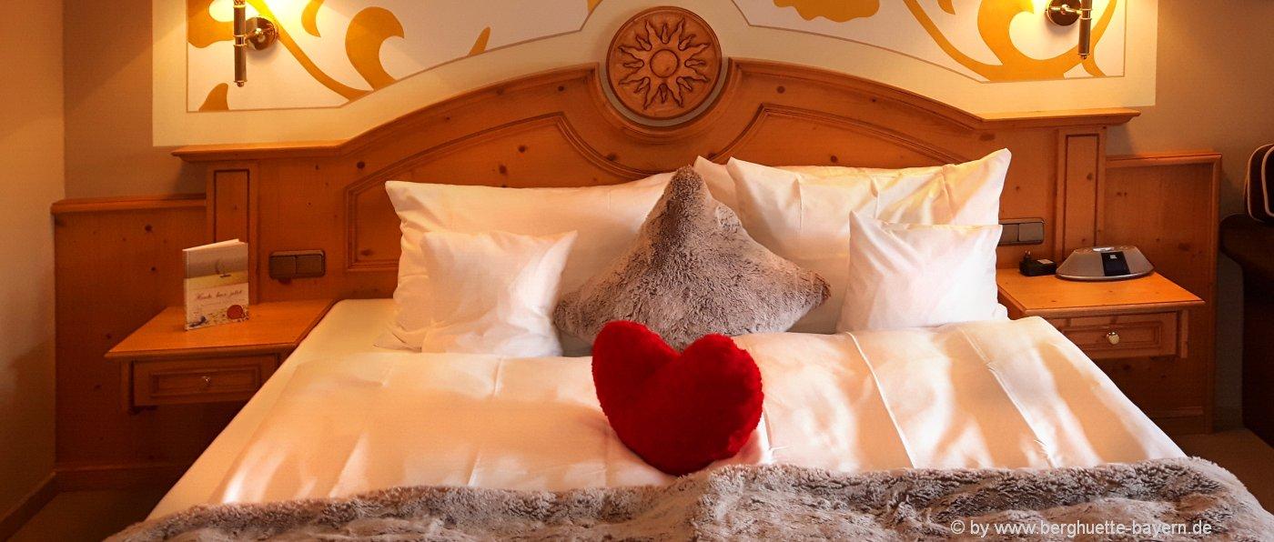 zimmer-bayern-kleine-hotels-mit-charme-bayerischer-wald-bett